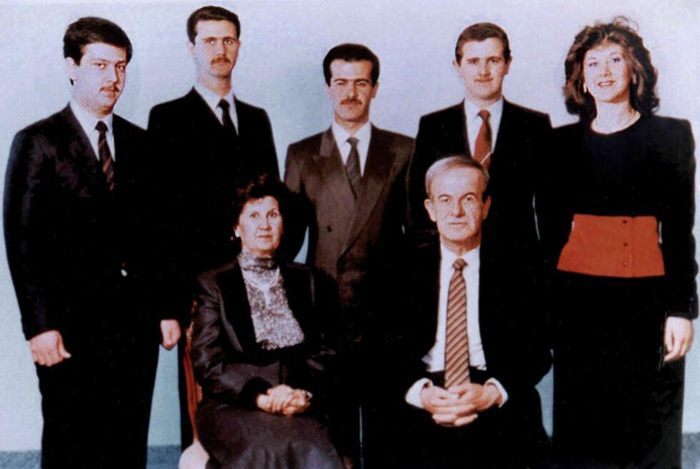 HUSET ASSAD: Et familiebilde fra 1985. Syrias avdøde president, Hafez al-Assad, og kona, Anissah Makhlouf, sitter foran barna. Bak dem fra venstre står Maher, Bashar, Bassel, Majd og Bushra. Foto: AFP / Scanpix