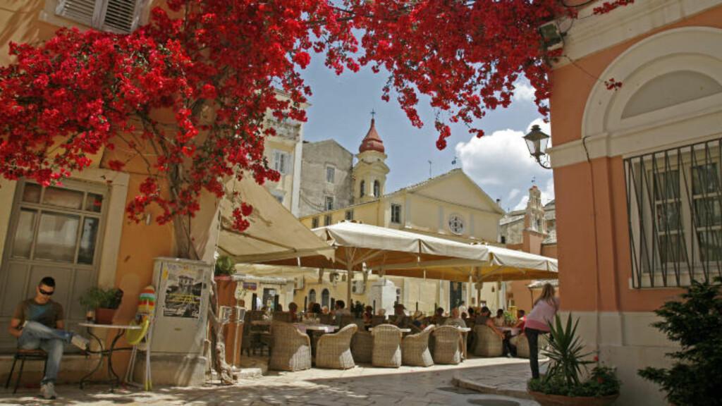 FARGERIKT: Korfu by har både trange gater og store, åpne plasser der det hersker en spesiell stemning. Foto: EIVIND PEDERSEN