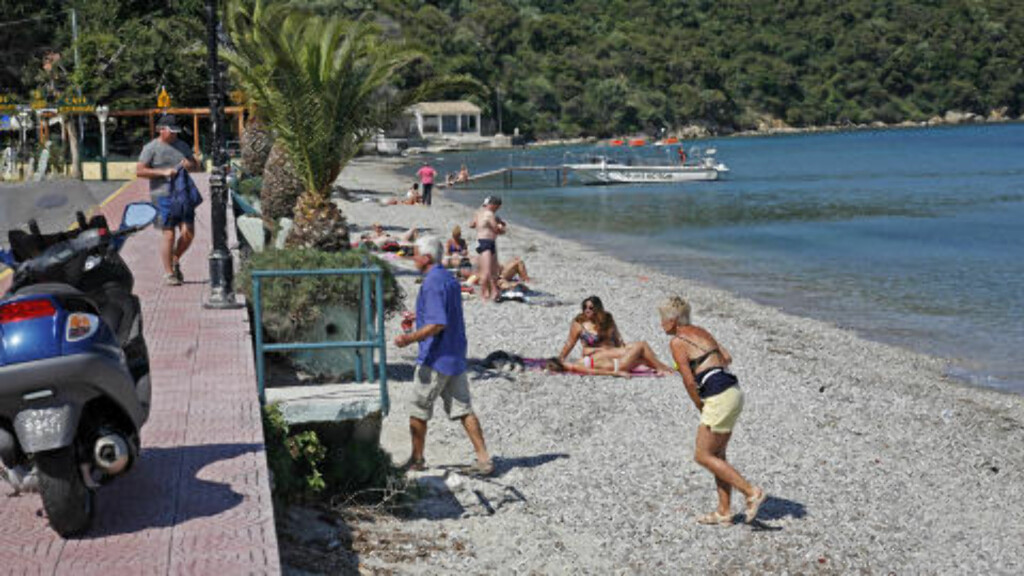 STRANDLIV: Uansett hvor du er på Korfu, så er det aldri langt til nærmeste strand. Mange av dem er nokså grovkornet. Foto: EIVIND PEDERSEN