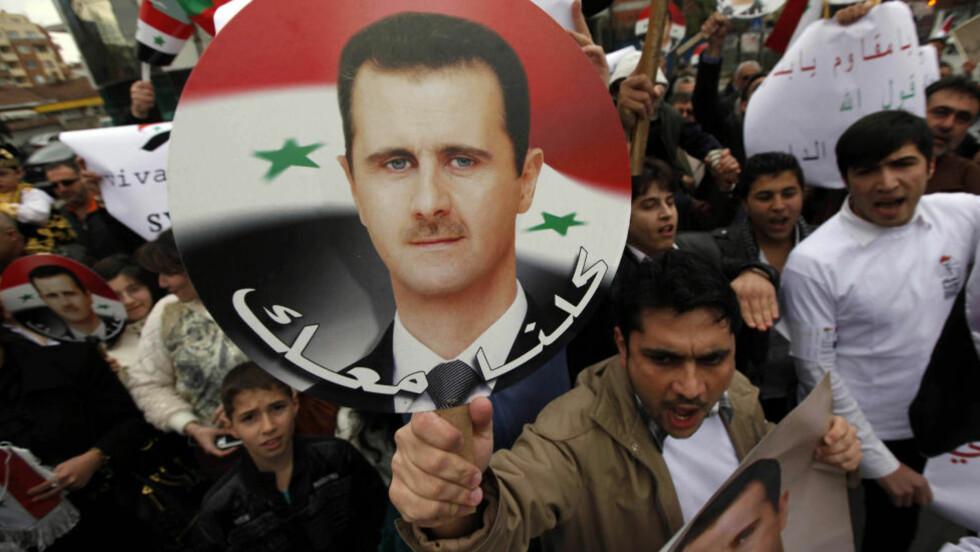 TILHENGERE: Regimetilhengere demonsterer til støtte for Assad utenfor syrias ambassade i Bulgaria. Foto: REUTERS/Oleg Popov/Scanpix