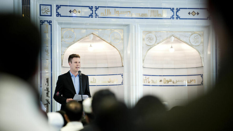 HYLLET DET FLERKULTURELLE: AUF-leder Eskil Pedersen talte fredag på moskeen Islamic Cultural Center i forbindelse med ett-års markeringen til 22. juli. Foto: Benjamin A. Ward / Dagbladet