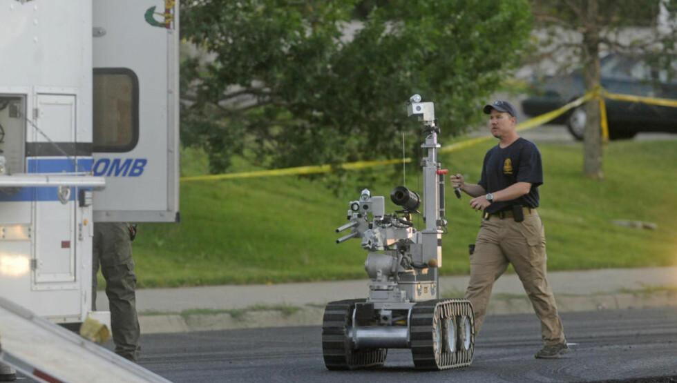BRUKER ROBOT: Politiet i Colorado forberedte seg lørdag på å sende inn roboten for å detonere det som omtales som en avansert bombefelle. Aksjonen pågår i leiligheten til den antatte gjerningsmannen James Holmes, etter kinomassakren i Aurora i Denver USA. Foto: EVAN SEMON / REUTERS / NTB SCANPIX
