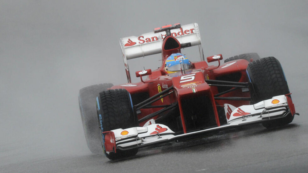 BEST I GRISEVÆR: Fernando Alonso taklet de vanskelige forholdene på Hockenheim best og starter morgendagens Tysklands Grand Prix i pole position. Foto: REUTERS/Fabian Bimmer/NTB scanpix