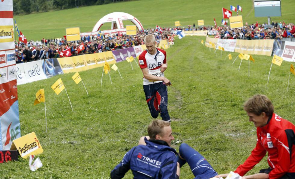 FORBANNET : Skuffet og sint kastet Olav Lundanes kartet og sparket hull i lufta etter å ha tapt spurten om VM-gullet mot Tsjekkia.Foto: SÖREN ANDERSSON / NTB scanpix