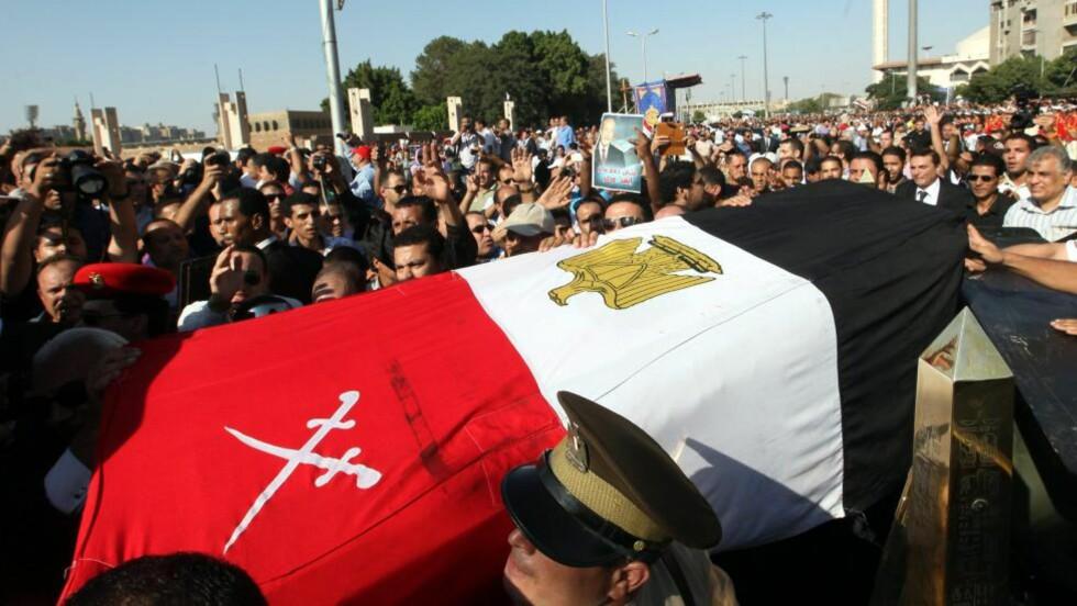 SERMONI:  Flere tusen egyptere fulgte Omar Suleimans kiste gjennom Kairos gater, og mange av dem ropte slagord mot islamistene i Det muslimske brorskap og den nye presidenten Mohamed Morsy. Presidenten deltok ikke i begravelsen. Foto: Khaled Elfiqi / EPA / NTB Scanpix