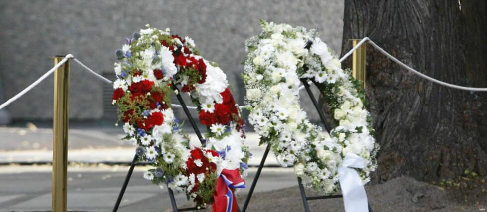ÅRSDAGEN: Kranser fra kongen og regjeringen klare til et års markeringen  i regjeringskvartalet etter 22 juli terroren. Foto: Tor Erik Schrøder / NTB scanpix