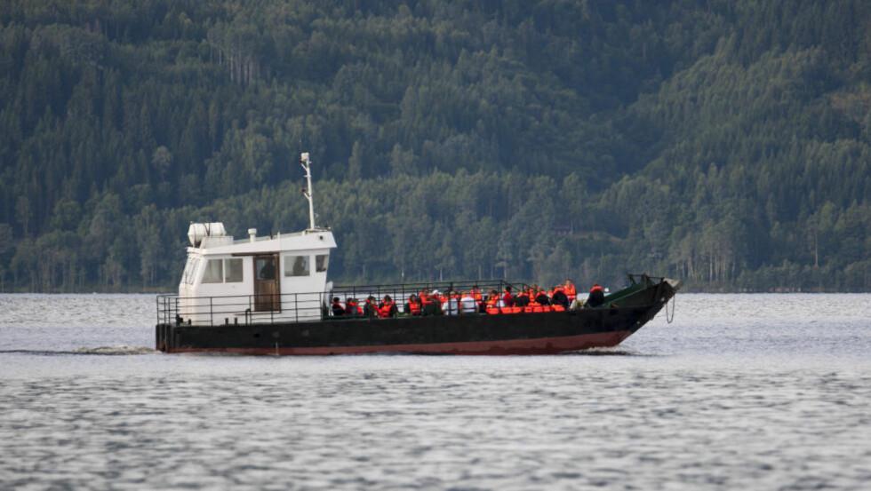MARKERING  Helseminister Anne-Grete Strøm Erichsen, pårørende og AUF-medlemmer er i dag på Utøya for å markere ettårsdagen for 22. juli-massakeren. Foto: Per Flåthe