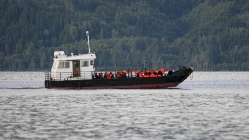TILBAKE TIL ØYA:  Anne-Grete Strøm Erichsen, pårørende og AUF-medlemmer var i dag på vei tilbake til Utøya for å markere ettårsdagen for 22. juli-massakeren. Foto: Per Flåthe / Dagbladet