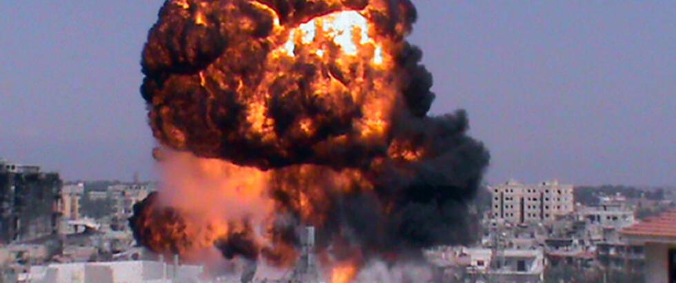 DRAMATISK Dette bildet fra en nyhetskanal til den syriske opposisjonen viser en eksplosjon i Jouret al-Shayyah i byen Homs. Det er nå kraftige kamper flere steder i det borgerkrigsherjede landet.  Foto: AFP/NTB Scanpix