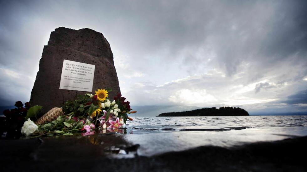 ETTÅRSMARKERING I DAG:Utvika camping minnesmerke med Utøya i bakgrunnen. Foto: Christian Roth Christensen