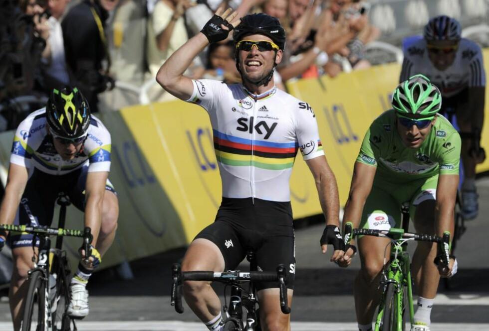 I EGEN KLASSE: Mark Cavendish gjorde mye av jobben selv da han vant på Champs-Élysées for fjerde gang på rad. Peter Sagan (t.h.) og Matt Goss fulgte nærmest den suverene briten. Foto: AFP PHOTO / OSCAR MAIL / NTB scanpix