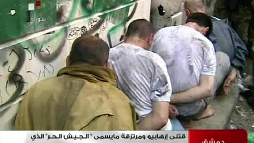 BUNDET: Etter at en selvmordsbomber drepte fire høytstående offiser i Syria har kampene intensivert seg. Her er fire opprørssoldater bundet av regjeringsstyrker. Det er uvisst hva som skjedde med fangene. Foto: AFP