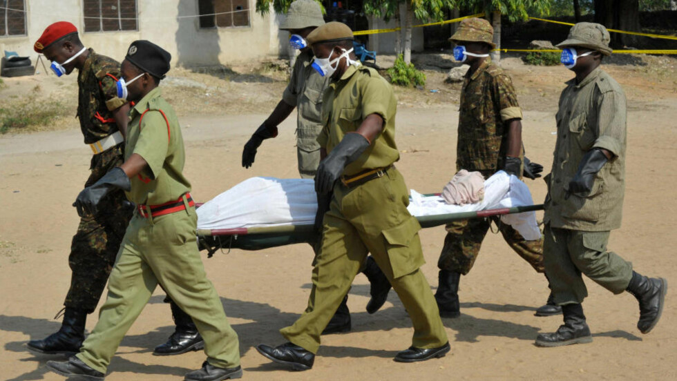KLAR TIL BEGRAVELSE: Et uidentifisert lik blir båret avgårde etter at en ferje sank utenfor Zanzibar. Foto: AP