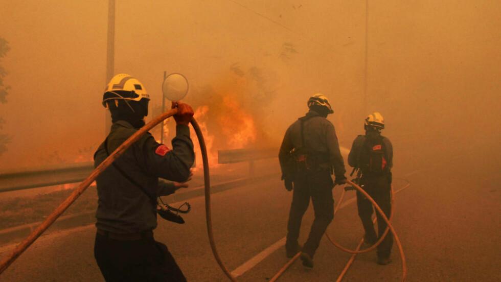 FARLIG: Brannmannskaper sloss mot de enorme flammene. Foto: AFP