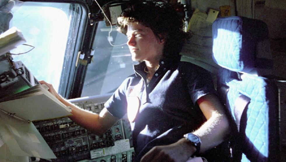 ASTRONAUT: Sally Ride, USAs første kvinnelige romfarer, er her om bord i romskipet «Challenger». Bildet er fra juni 1983. Foto: AP Photo/NASA, File/NTBScanpix