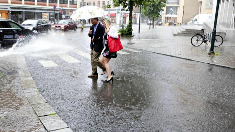 SOMMERREGN: Regnet har øst ned flere steder i landet i sommer. Dette bildet er fra Oslo sentrum.   Foto: Anette Karlsen / NTB scanpix