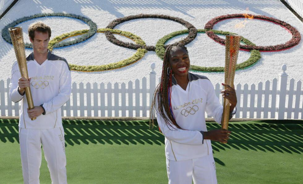 FAKKELSTAFETT: Venus Williams deltok i går på fakkelstafetten da den olympiske ild kom til Wimbledon, som også skal brukes under OL i London. Her sammen med britenes store håp Andy Murray. Foto: REUTERS/Stefan Wermuth/NTB scanpxi