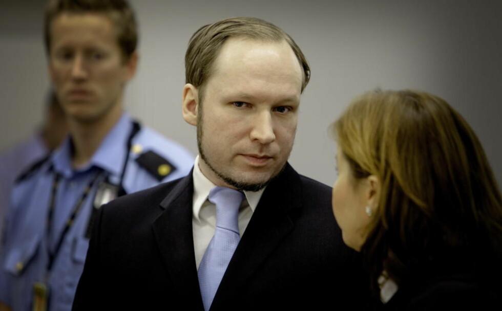 FLYTTES: Anders Behring Breivik flyttes fra Ila fengsel i Bærum til Skien fengsel. Her fra Oslo tingrett sammen med forsvarer Vibeke Hein Bæra. Foto: LARS EIVIND BONES / DAGBLADET