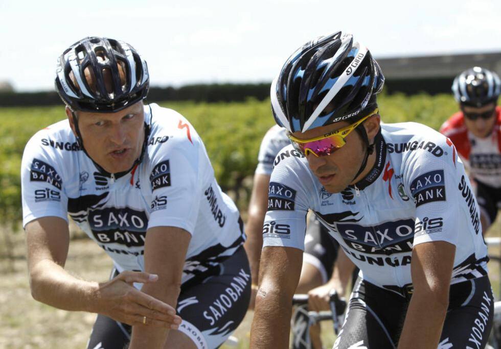 FARE FOR DEGRADERING: Bjarne Riis sitt Saxo Bank-lag risikerer å miste World Tour-lisensen, noe som betyr at det ikke er noen automatikk i at de får delta i de største sykkelrittene. Ekstra prekært er det at Alberto Contador ikke kan sanke poeng for laget under Vueltaen. Foto: AP Photo/Laurent Cipriani/NTB scanpix