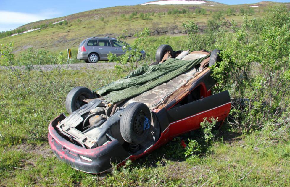VRAKET OG FORLATT: Bilvraket på Kvænangsfjellet har ligget der i over et år. Foto: RAGNHILD ENOKSEN / NORDLYS