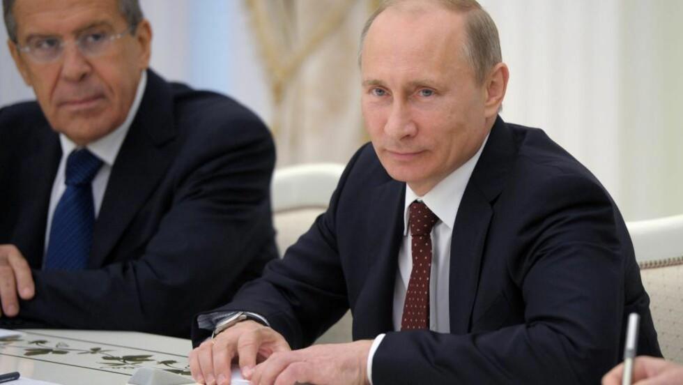 ADVARER:  Det russiske utenriksdepartementet pekte i dag på at Syria i 1968 undertegnet en av de internasjonale avtalene som forbyr bruk av kjemiske masseødeleggelsesvåpen. Her er president Vladimir Putin (t.h.) og utenriksminister Sergei Lavrov under et møte med den tyrkiske statsministeren, Tayyip Erdogan, i Moskva 18. juli i år. Foto: EPA / ALEXEY DRUZHINYN / RIA NOVOSTI / KREMLIN POOL / NTB SCANPIX