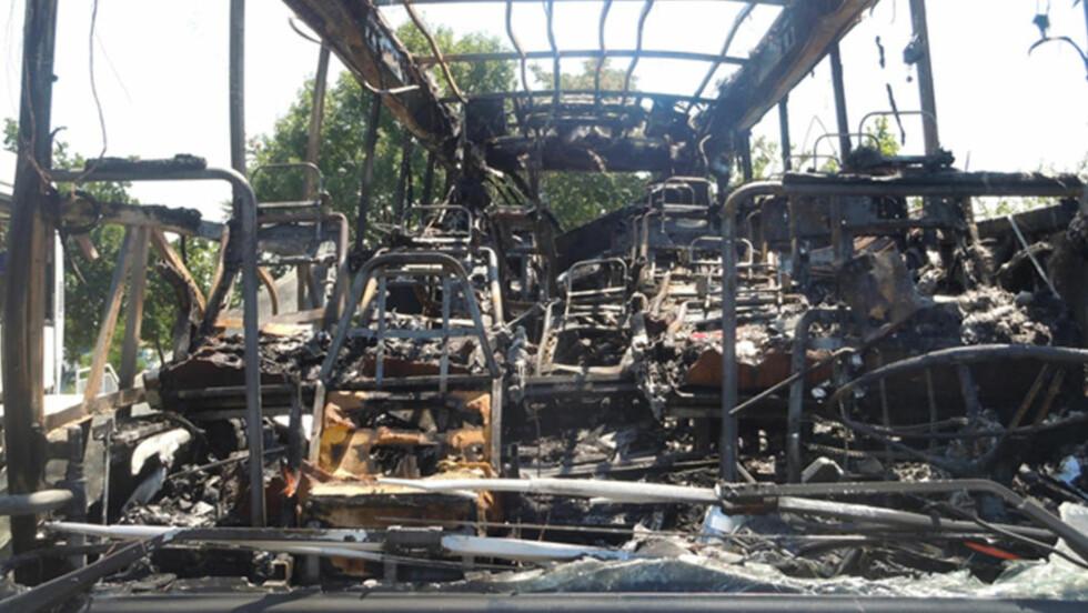 SEKS DREPT: : Fem israelske turister og en bulgarsk sjåfør ble drept da en selvmordsbomber angrep denne bussen utfor Burgas flyplass i det populære turistområdet ved Sunny Beach i Bulgaria 19. juli. Foto: Reuters/NTB Scanpix