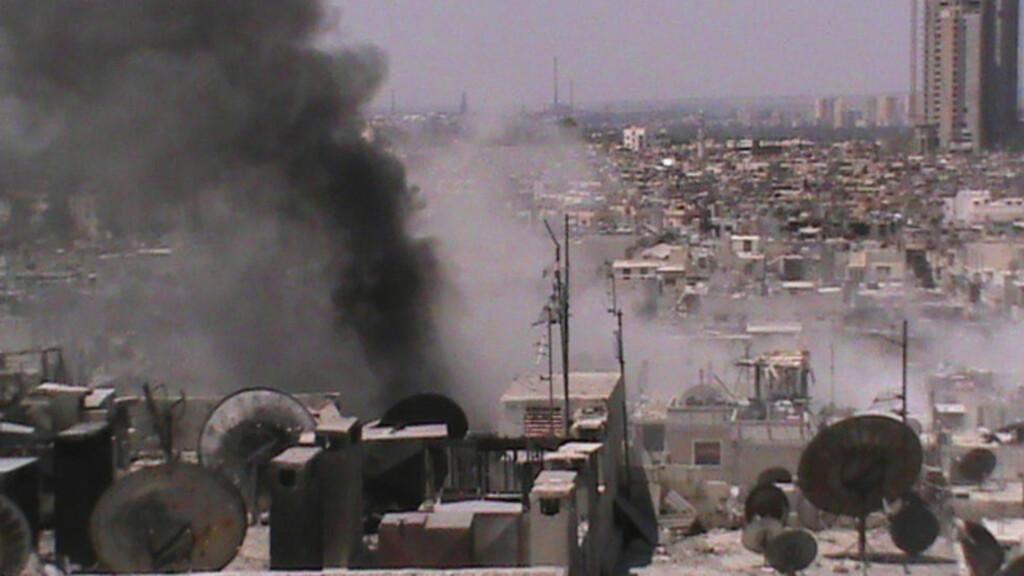MASSAKRE:  Et angrep mot en moské i en landsby nordvest for byen Hama i Syria førte til at 30 mennesker ble skutt og drept i dag. Dette bildet er tatt i Juret al-Shayah i Homs i går.  Foto: Shaam News Network / Reuters / NTB Scanpix