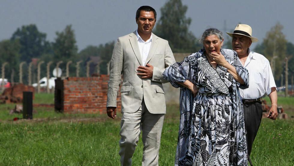 MINNES: Romer besøker restene av utryddelsesleiren Auschwitz Birkenau i Polen i 2010, 66 år etter at nazistene drepte de siste 3000 fangene rom-fangene. Norge må ta vår del av ansvaret for porajmos, romfolkets holocaust, skriver Torgeir Skorgen. Foto: Jarek Praszkiewicz / AP / NTB Scanpix