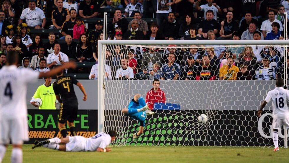 SCORET: LA Galaxy-keeper Brian Perk klarte ikke å redde headingen fra Tottenhams Gareth Bale. Foto: Frederic J. Brown, AFP / NTB scanpix