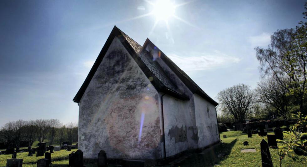 GAMMEL: Moster gamle kirke er en av Norges aller eldste steinkirker, kanskje den eldste. Det var her Olav Tryggvason gikk i land. Foto: OLE C.H. THOMASSEN