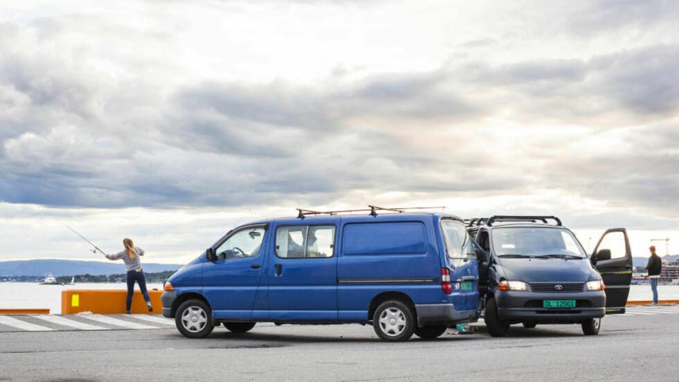 IKKE VANLIGE BILER: Dette er ikke to vanlige kassebiler. De inneholder nemlig to rom og kjøkken, og brukes til å reise rundt på hjulferie. Foto: ÅSE HOLTE