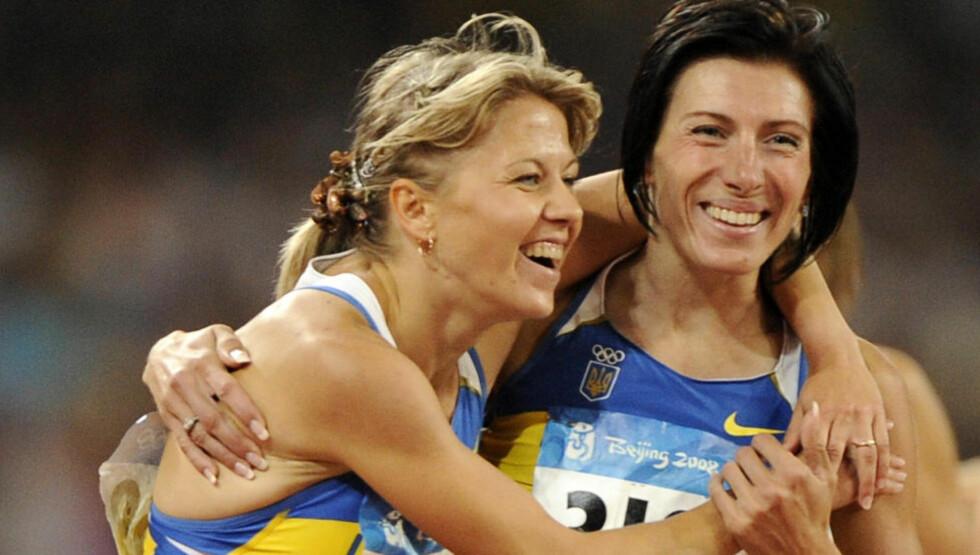 UTESTENGT: Nataliya Tobias (venstre) vant bronse på 1500 meter i OL i Beijing for fire år siden. Nå er hun og åtte andre utøvere utestengt for brudd på dopingbestemmelsene. Foto: SCANPIX/AP/Mark J. Terrill