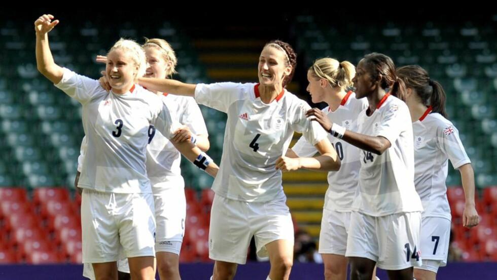 DRØMMESTART: Et frispark fra forsvarsspilleren Stephanie Houghton (24) i det 64. minutt ga Storbritannia den historiske førstescoringen for et samlet britisk OL-lag på kvinnesiden. Foto: SCANPIX/EPA/ROGER PARKER