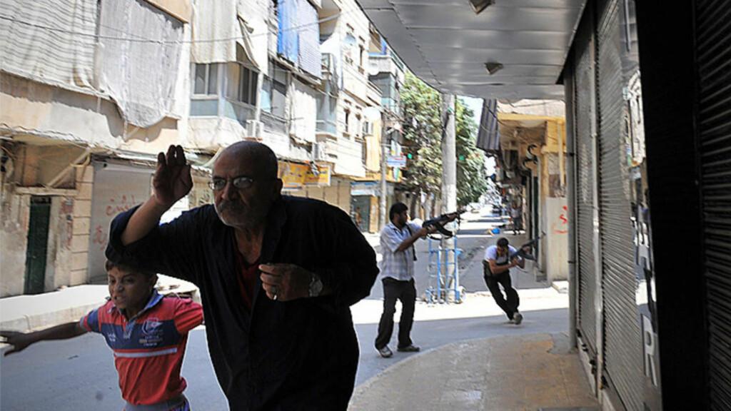 LØPER FOR LIVET:   Borgerkrigen i Syria startet med demonstrasjoner i mars i fjor, men disse ble slått hardt ned på av regimet. Ifølge opposisjonen er minst 17 300 mennesker drept, hvorav 4300 regjeringssoldater. Nå har borgerkrigen utviklet seg til å bli en intens kamp om Aleppo. Foto: AFP PHOTO / HO / SANA / NTB SCANPIX