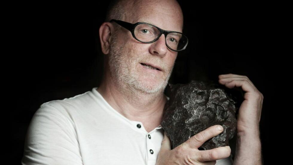 SVÆR: Morten Bilet, en av landets største meteorittentusiaster, viser fram den største i samlingen: En jernmeteoritt på 17 kilo, som ble funnet i Gran Chaco i Argentina. Disse kalles Campo del Cielo.  En  Foto: Benjamin A. Ward / Dagbladet