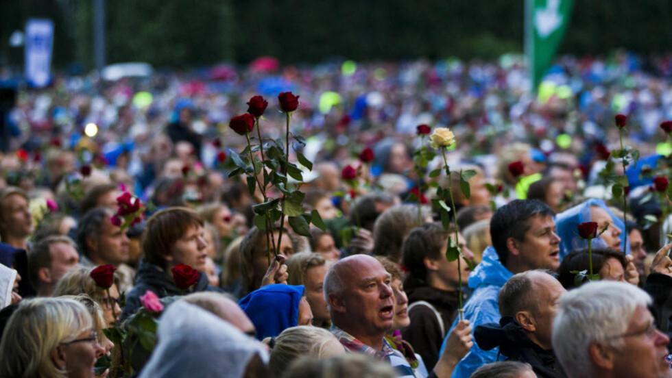 ROSER: Har kjærlighetsretorikken som har rådet etter massakren på Utøya nå tippet over i noe som ligner mest på religiøs forførelse, spør Heidi Helene Sveen. Bildet er fra minnekonserten i Oslo søndag.  Foto: Vegard Grøtt / NTB Scanpix