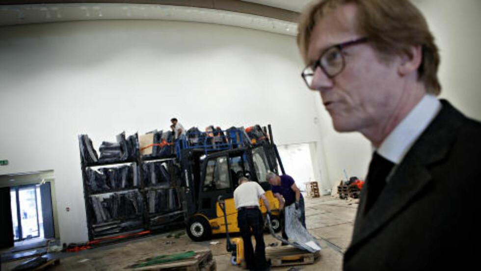 SNART VIRKELIG DRØM: Direktør for Astrup Fearnley Museet, Gunnar B. Kvaran viser oss Kiefer-hyllen som er det første verket som er montert i det nye museet. Foto: Anita Arntzen / Dagbladet