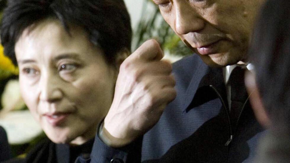 TILTALT: Bo Xilai er den høyest rangerte kineser som er fjernet fra sin stilling på flere ti-år. Til venstre hans kone, Gu Kailai, som idag ble tiltalt for drap.  REUTERS/Kyodo/China Foto Press/Files