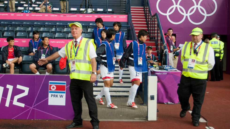 PINLIG TABBE: De nordkoreanske spillerne gikk av banen da feil flagg ble vist på storskjermene før kampen deres mot Colombia i går. Nå driver arrangøren hektisk brannslukking. Foto: SCANPIX/AP/Chris Clark