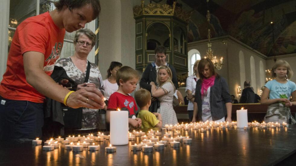 FOLKEKIRKE: Lystenning i Oslo Domkirke etter minnegudstjenesten sist søndag.Foto: Berit Roald / NTB Scanpix