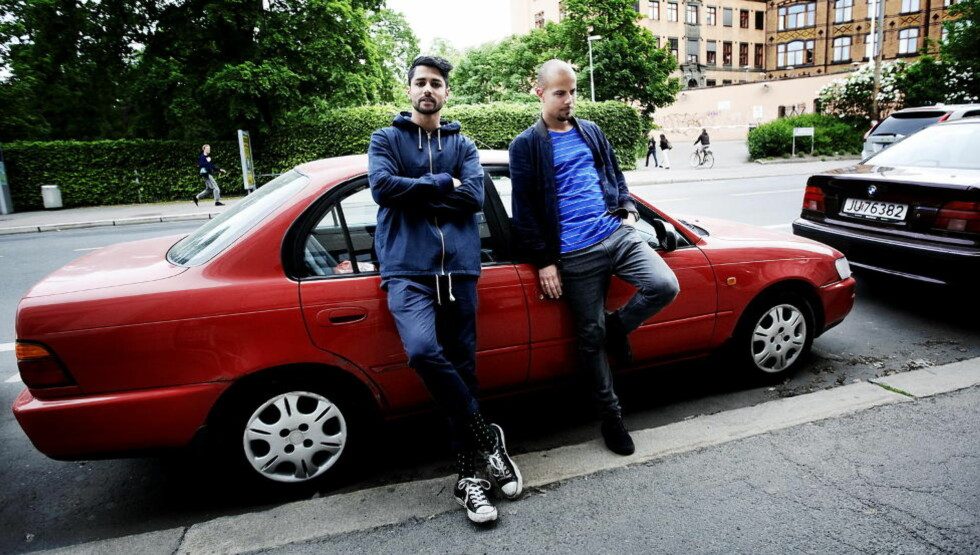 VED TOYOTAEN: Chirag og Magdi i Karpe Diem sparker litt i øst og vest med låta «Toyota'n til Magdi». Her er guttene ved den mye omtalte bilen. Foto: Christian Roth Christensen / Dagbladet