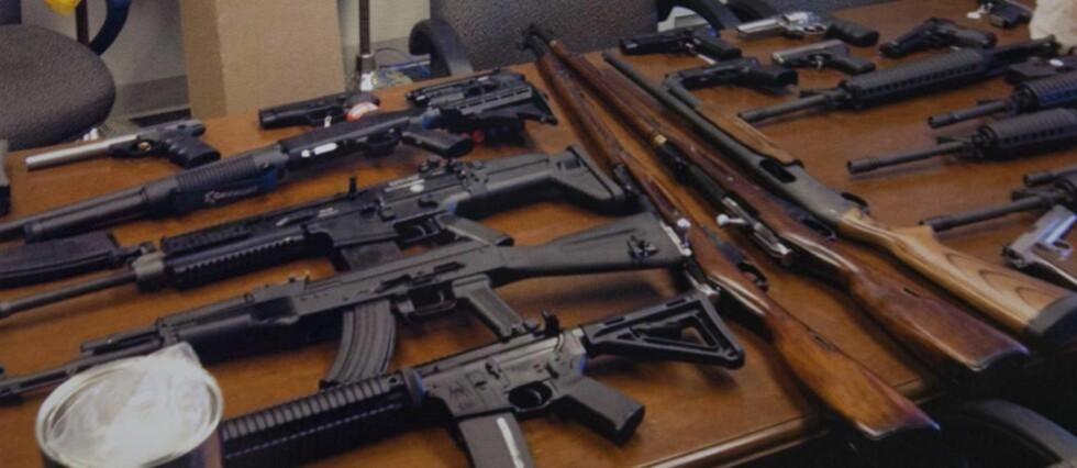 STOR BESLAG: Neil Prescot hadde 20 ulike skytevåpen liggende i sitt hjem i Crofton utenfor Washinton D.C. Foto: JIM LO SCALZO/ EPA/ NTB Scanpix