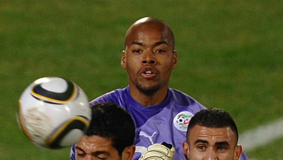 FERDIG: Keeper Rais M'Bolhi fra Algerie er blant de sparkede CSKA Sofia-spillerne. Foto: SCANPIX/AFP/HOANG DINH NAM