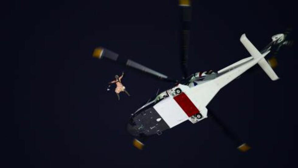 BOND-BABE: Dronningen «fallskjermhoppet» ned på stadion. Foto: OLIVIER MORIN / AFP / NTB SCANPIX