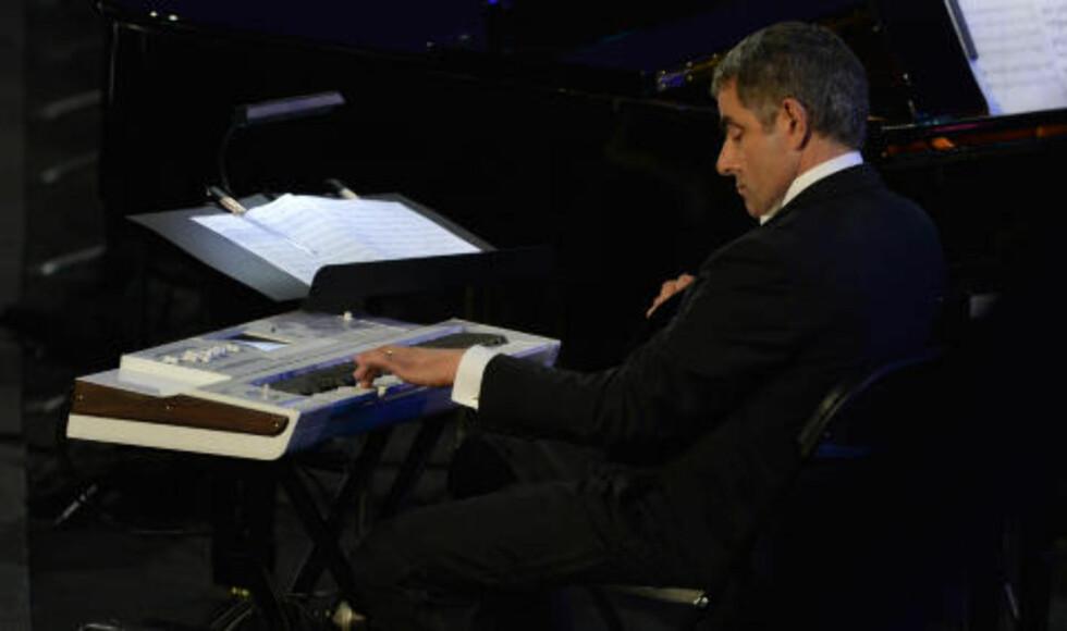 TULL OG TØYS: Mr. Bean fomlet seg gjennom orkesterets framføring av «Chariots of Fire». GABRIEL BOUYS / AFP / NTB SCANPIX