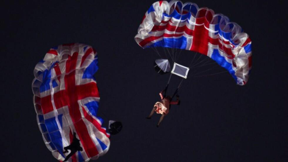 SPEKTAKULÆRT: «Dronningen» og James Bond ankom stadion via helikopter og fallskjerm i London i kveld. Foto: OLIVIER MORIN / AFP / NTB SCANPIX