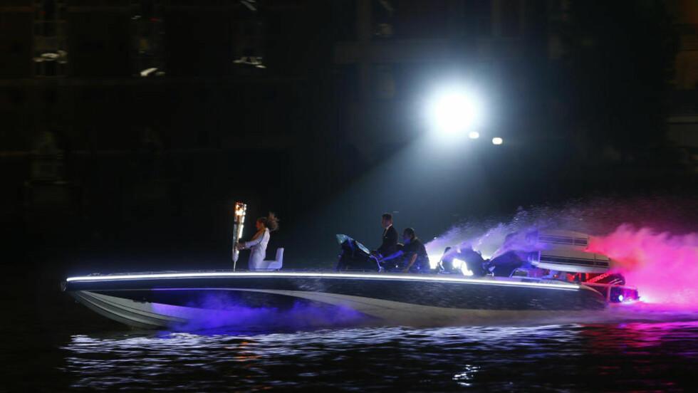 007 BECKHAM: David Beckham kjørte OL-ilden til stadion med en frekk speedbåt, i beste James Bond-stil. Foto: EDDIE KEOGH / REUTERS / NTB SCANPIX