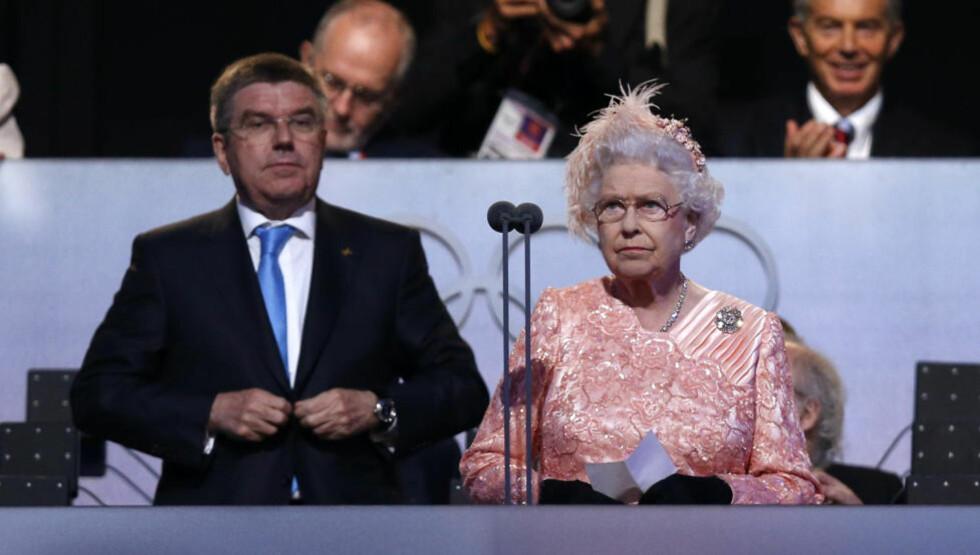 REAGERTE RASKT: Thomas Bach sto ved dronning Elizabeths side under åpningsseremonien fredag. I dag ledet tyskeren disiplinærkommisjonen som avgjorde London-OLs første dopingsak.  Foto: SCANPIX/REUTERS/