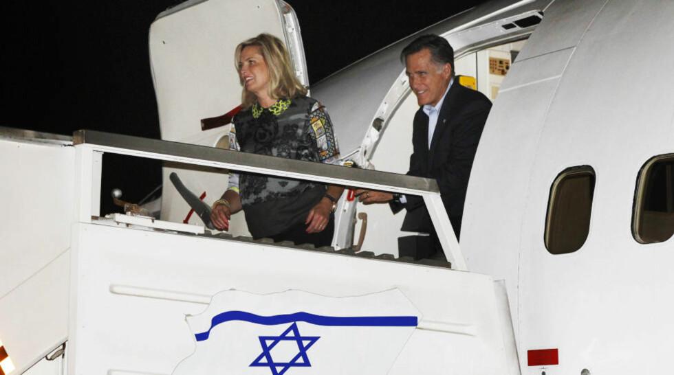 LUKKEDE DØRER Den republikanske presidentkandidaten Mitt Romney og konen Ann, møter pressen når de ankommer Israel. Det blir likevel lukkede dører når Romney skal vinne økonomiske støtte i Jerusalem. Foto: CHARLES DHARAPAK/ AP/ NTB Scanpix.