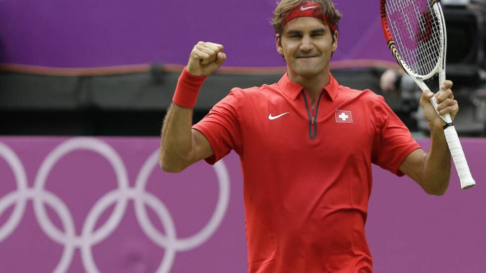 SLET SEG VIDERE: Det holdt på å gå galt for tennisstjernen Roger Federer da singleturneringen i OL startet lørdag. Sveitseren ble tvunget ut i tre sett mot colombianske Alejandro Falla. Foto: AP Photo/Elise Amendola